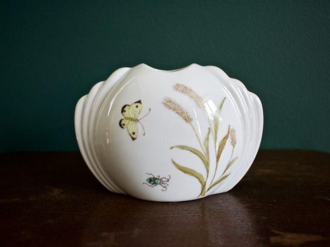 Delikatny wzór polny na porcelanowym wazoniku vintage