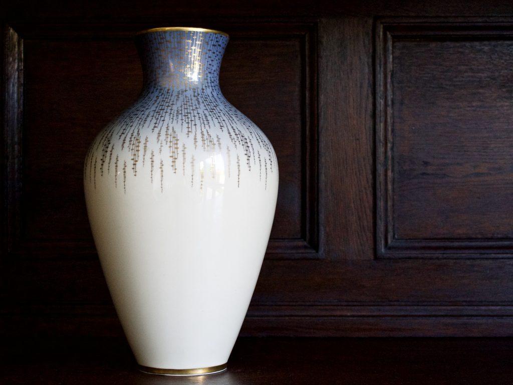Przepiękny, duży, bardzo dekoracyjny wazon porcelanowy vintage ze złoceniami.
