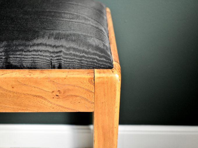 Meble vintage, stołek w nowym obiciu.