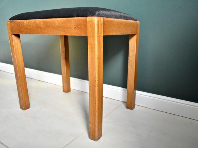 Vintage stołek odnowiony z nowym obiciem.