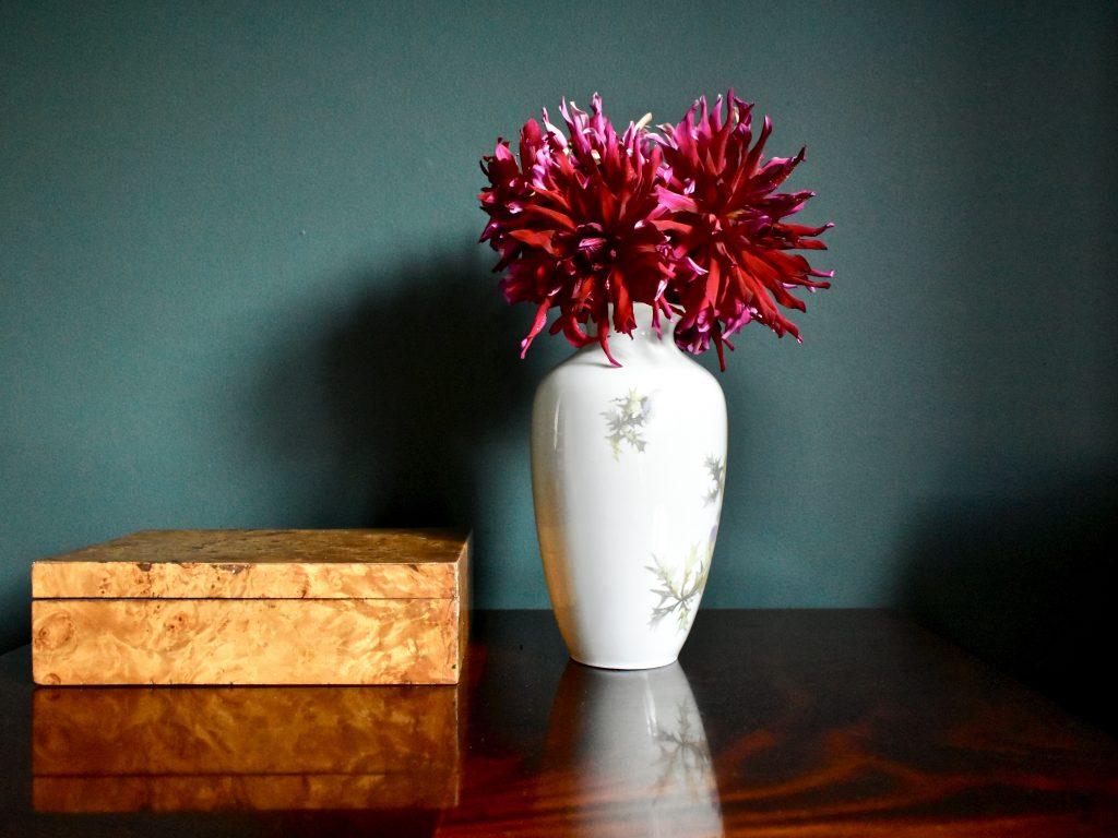 wazon porcelanowy dekoracyjny salon jadalnia stół wystrój wnętrz
