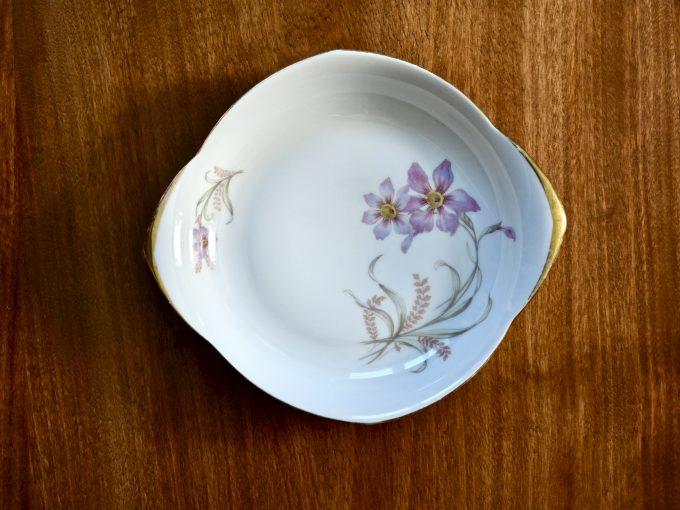 Porcelanowy talerzyk vintage z kwiatami i złoceniami doskonały prezent w stylu retro.