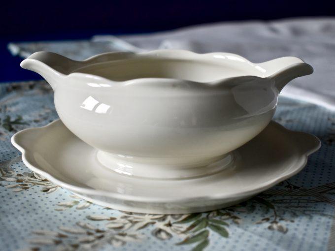 retro porcelanowa vintage sosjerka biała