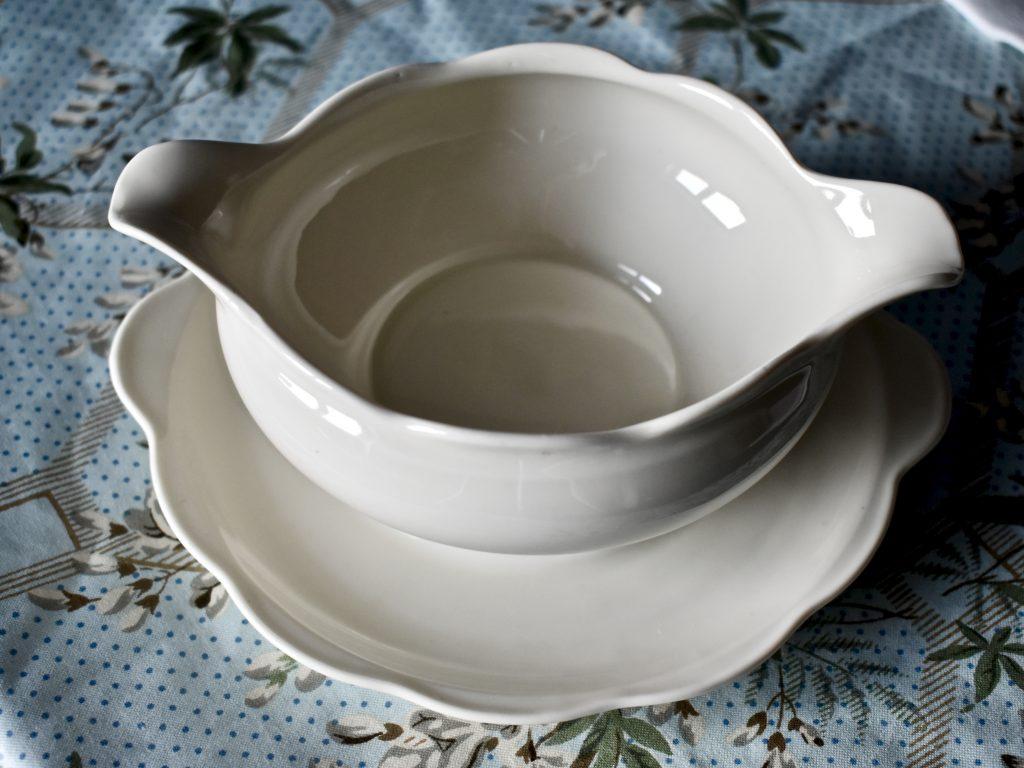retro vintage porcelana sosjerka biała naczynia do domu i na stół
