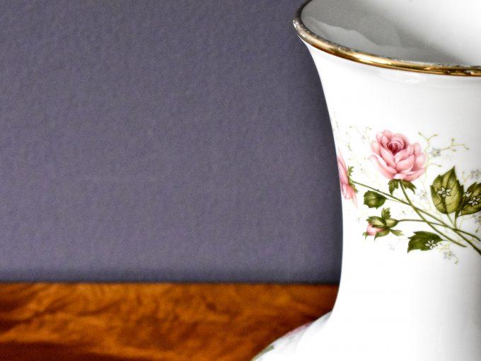 Vitage porcelana to wazon z różyczkami i złoceniami z porcelany