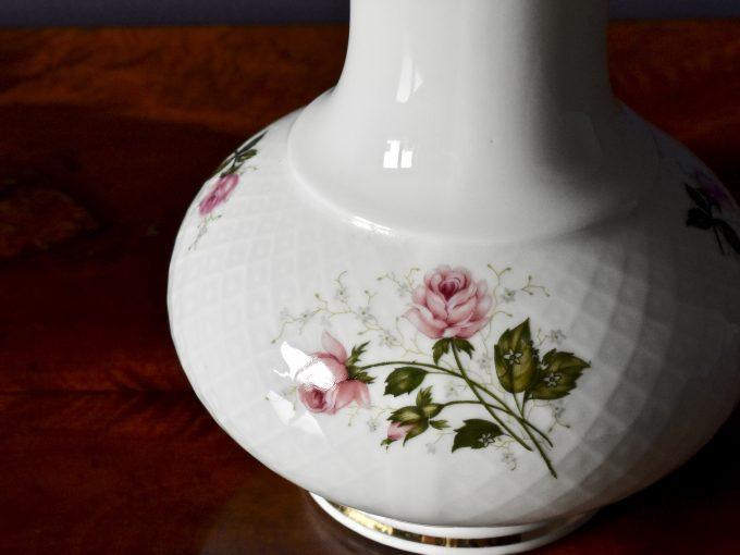 Różyczki i złocenia na wazonie vintage z porcelany retro