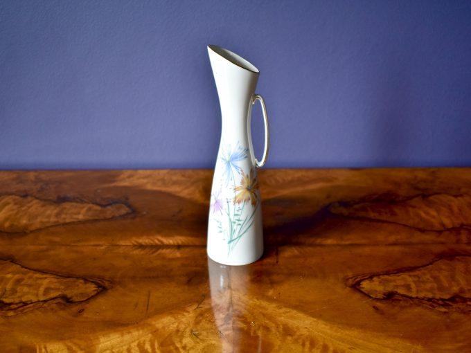 smukły vintage wazonik porcelanowy z motywem kwiatów