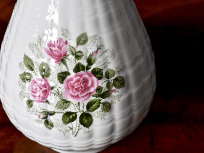 porcelanowy wazonik retro z różyczkami vintage