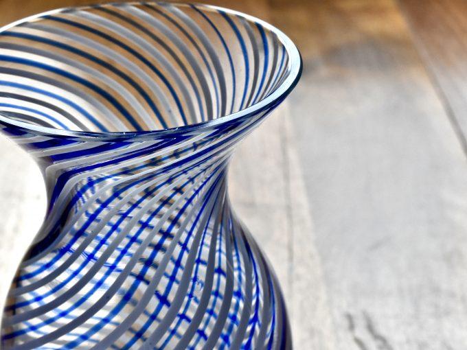 najpiękniejsze dodatki do domu jak ten wazon vintage szklany z niebieskimi i białymi paskami