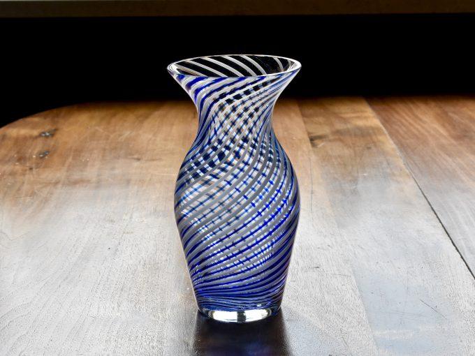 szklany wazon z niebiesko białym wzorem vintage najpiękniejsze dodatki do domu