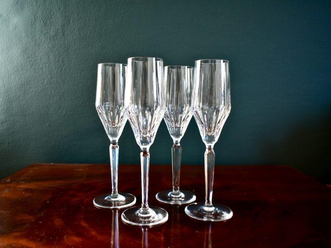 Wysokie kryształowe kieliszki do szampana vintage