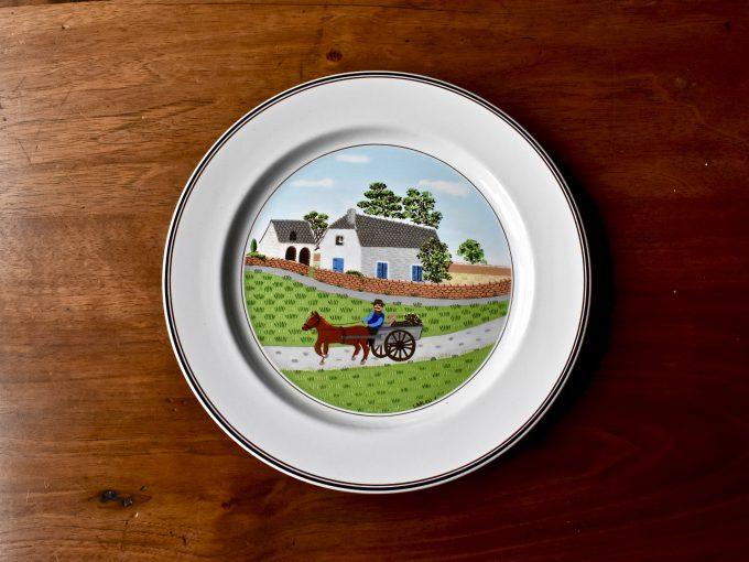 Naczynia z serii Design naif marki Villeroy & Boch z motywem sielskim autorstwa Laplau - tutaj wieś na talerzu