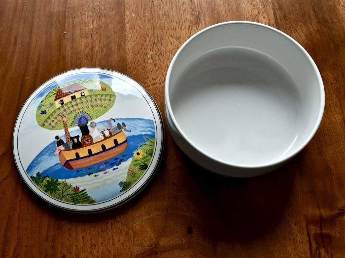 Porcelanowa maselniczka vintage marki Villeroy & Boch z serii Design naif z motywem Arki Noego