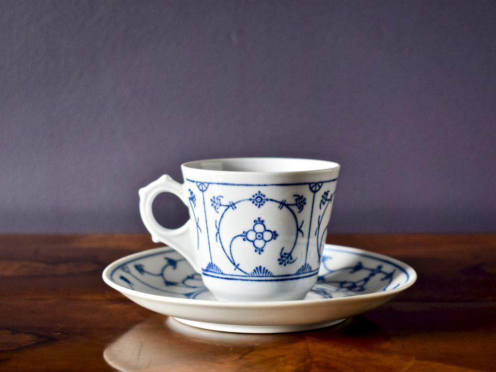 Niemiecka filiżanka porcelanowa vintage ze wzorem słomkowym