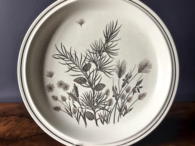 motyw roślinny na talerzu ceramicznym vintage Pinewood