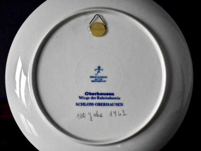 Bardzo dekoracyjny talerz porcelanowy do zawieszenia
