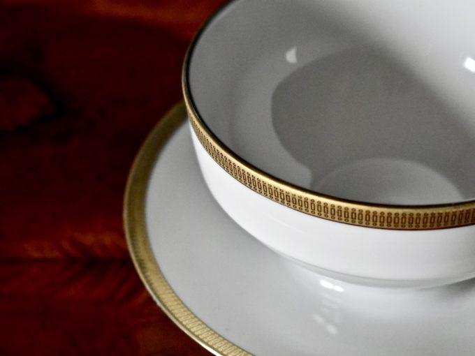 Bardzo elegancka porcelanowa bulionówka biała z subtelnym złoceniem