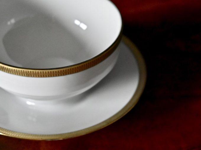 Biała elegancka bulionówka porcelanowa ze złoceniem