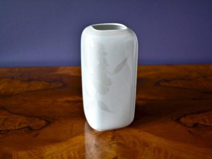 porcelanowy wazon dekoracyjny średniej wielkości