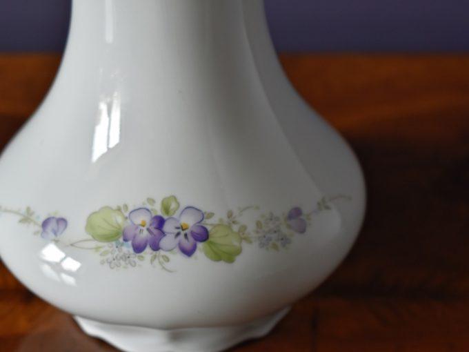Wazon porcelanowy z kwiatami, wzory zieleń, fiolet