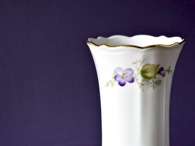 Wazon porcelanowy z kwiatami