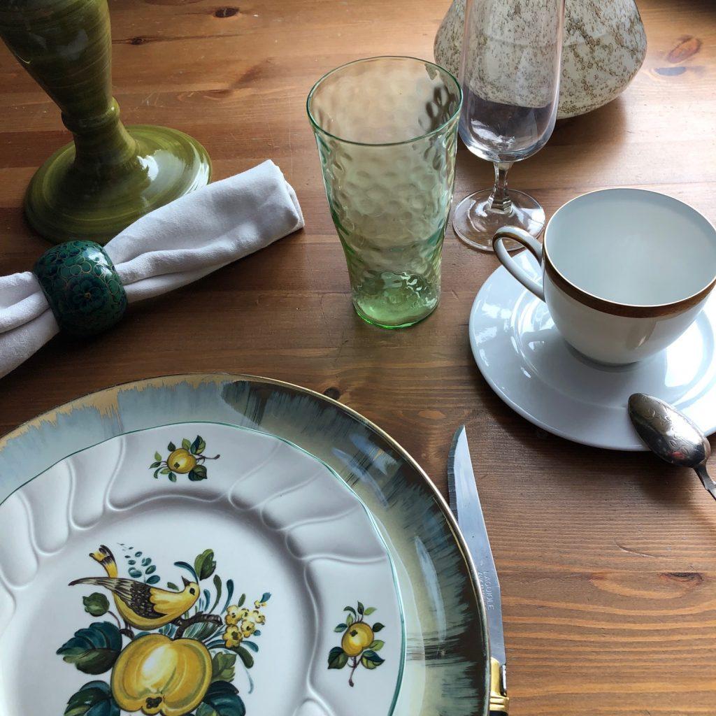 zieleń na stole, naczynia, talerze, kwiaty