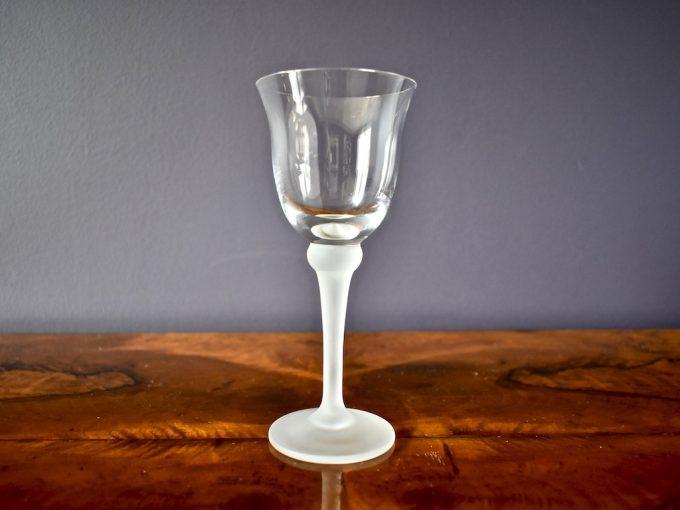 szklany kieliszek do wina z matową nóżką