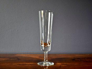 wysokie szklane kieliszki do wina białego