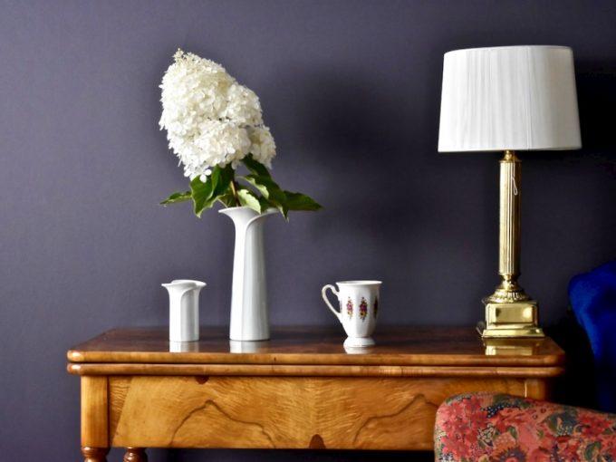 Zobacz najpiękniejsze meble i dodatki vintage. Stół, fotel, lampa, wazon, filiżanka.