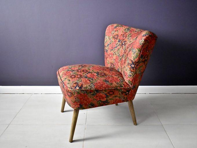 dekoracyjny fotel muszelka w kwiatowym obiciu