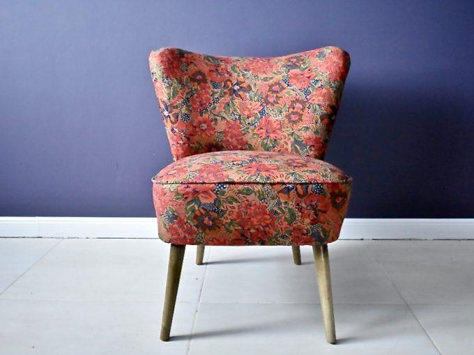 dekoracyjny fotel typu muszelka w kwiatowym obiciu