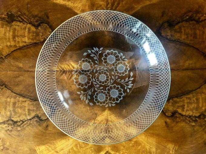 szklane salaterki ze zdobieniem i ze złoceniem