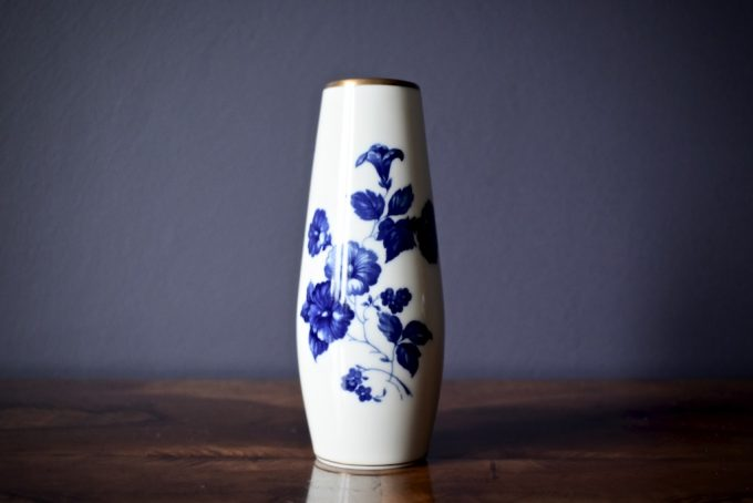 Kobaltowy wazonik porcelanowy