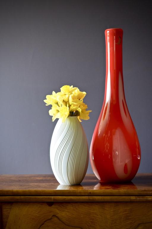 czerwony wazon szklany dekoracyjny