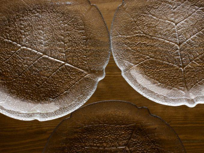 szklane talerze liście
