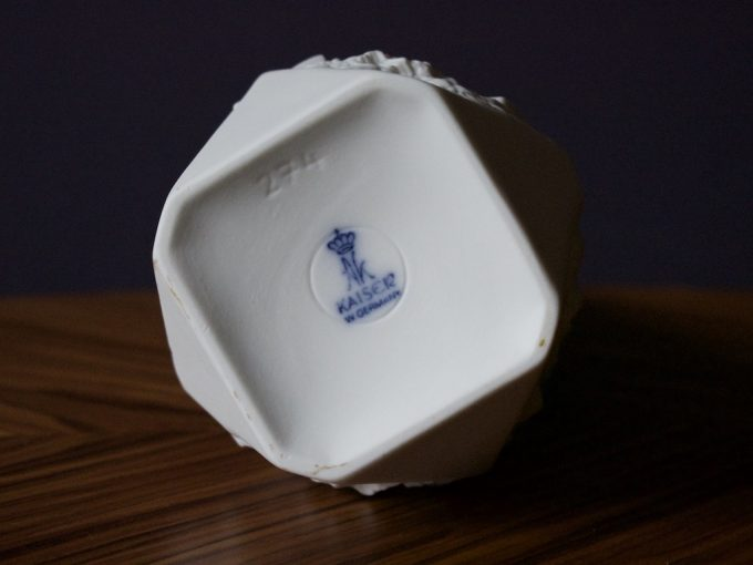 biały dekoracyjny wazon porcelanowy