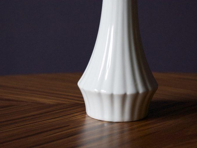 biały porcelanowy wazon dekoracyjny