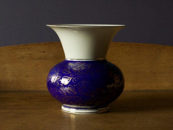 porcelanowy wazon dekoracyjny z kobaltem i złoceniami