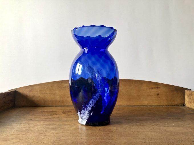 szklany wazon niebieski
