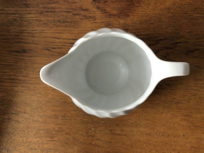 biały dzbanek porcelanowy