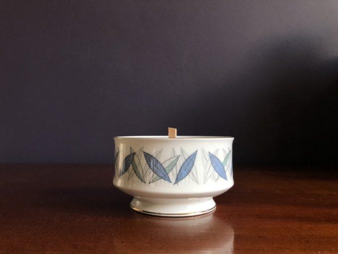 świeca sojowa w porcelanowej cukierniczce