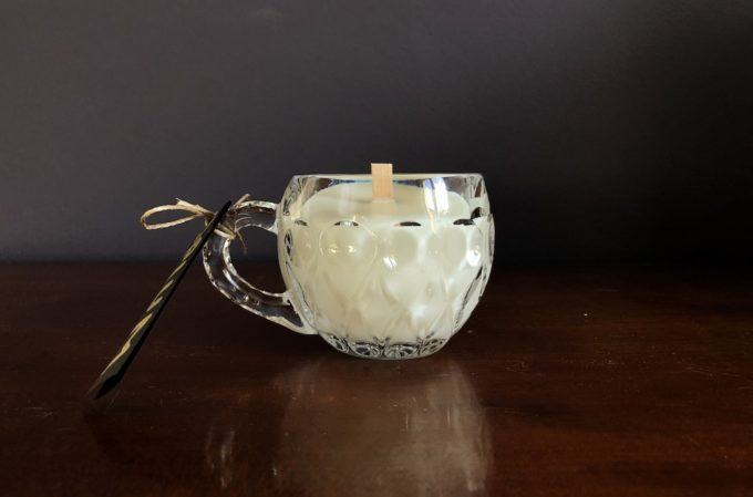 świeca sojowa w kryształowej filiżance