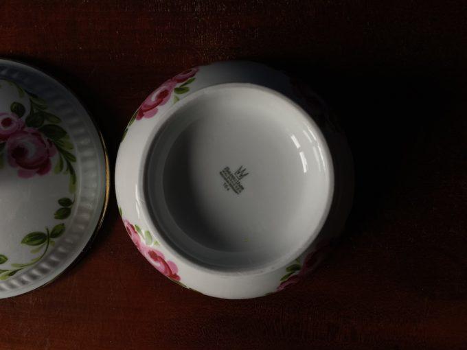 porcelanowa miska z pokrywką