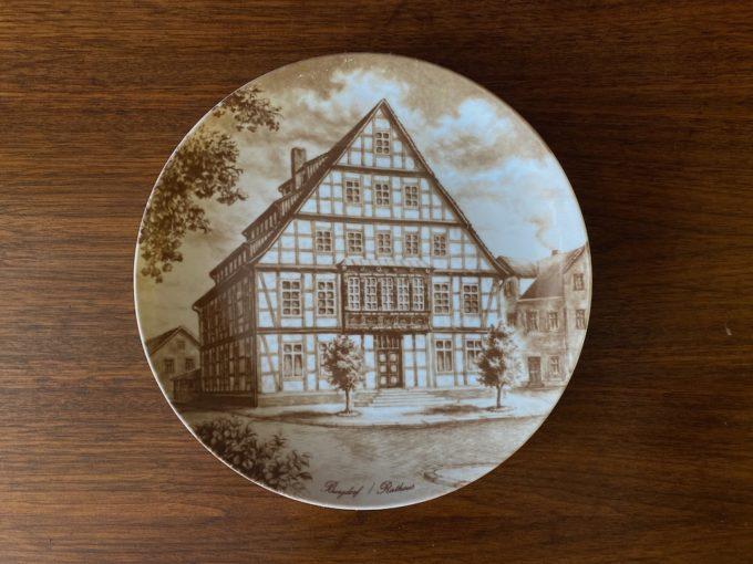 porcelanowy talerz dekoracyjny na ścianę KAISER